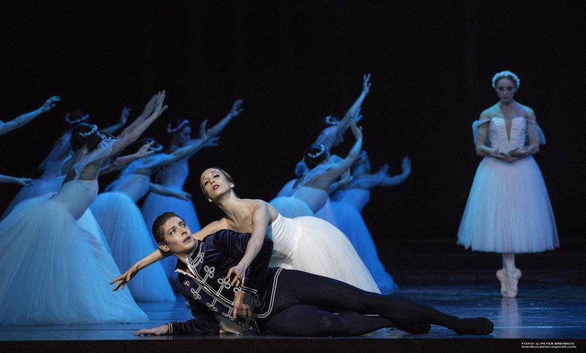 Luana Brunetti (Giselle), Artemyj Pyzhov (Albert), Romina Kolodziej (Myrta)<br><small>Autor: Peter Brenkus, 2016</small>